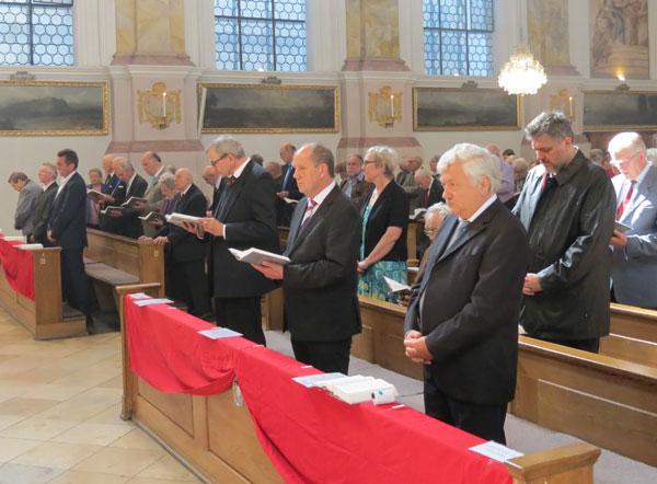 Verleger Josef Fink (vordere Reihe, zweiter von rechts) beim Gottesdienst anlässlich des Hauptfestes der Kongregation in der Oberkirche des Münchner Bürgersaals (Foto: Marianische Männerkongregation am Bürgersaal zu München)