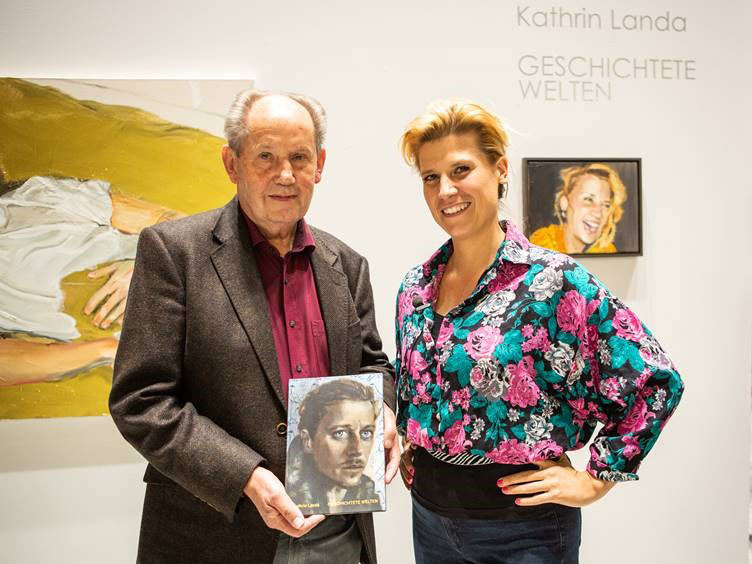 Kathrin Landa und Verleger Josef Fink bei der Präsentation des Katalogs zur Ausstellung der Künstlerin in der Kreissparkasse Ravensburg (Foto: Tobias Späth – ZD:FOTOGRAFIE)