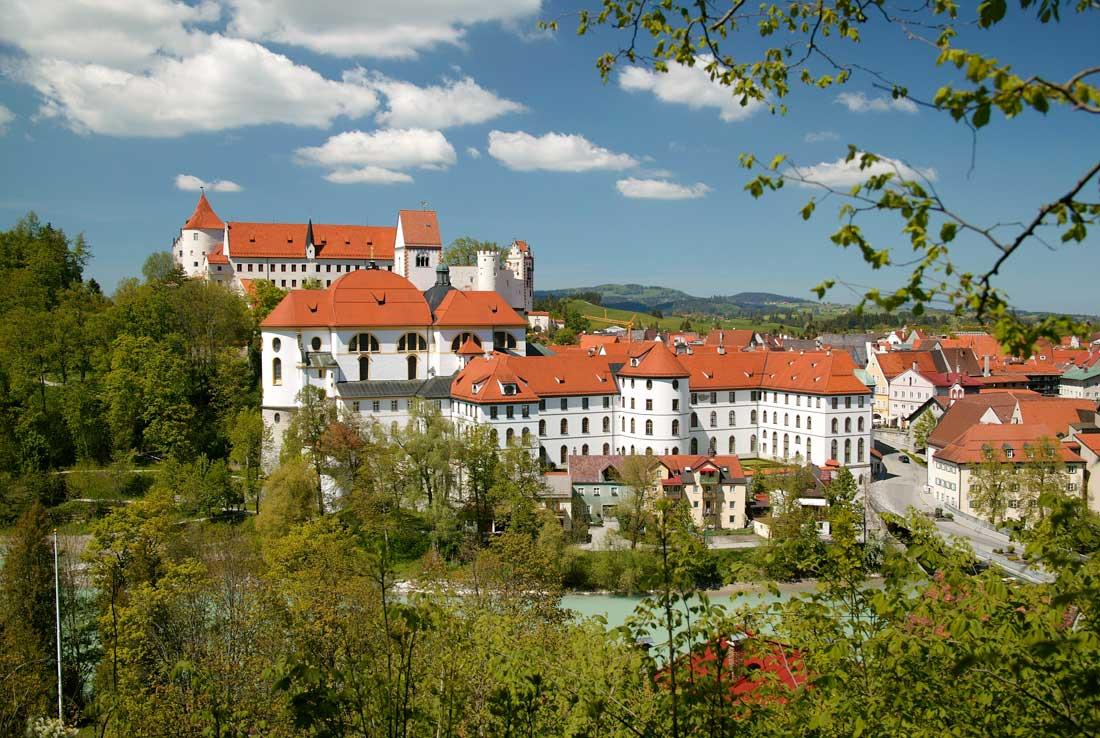 Das ehem. Benediktinerkloster St. Mang in Füssen, Sterbeort des berühmten Barockbaumeisters und Freskanten Johann Jakob Herkomer, ist zugleich auch eines von dessen Hauptwerken (Foto: Erwin Reiter, Haslach)