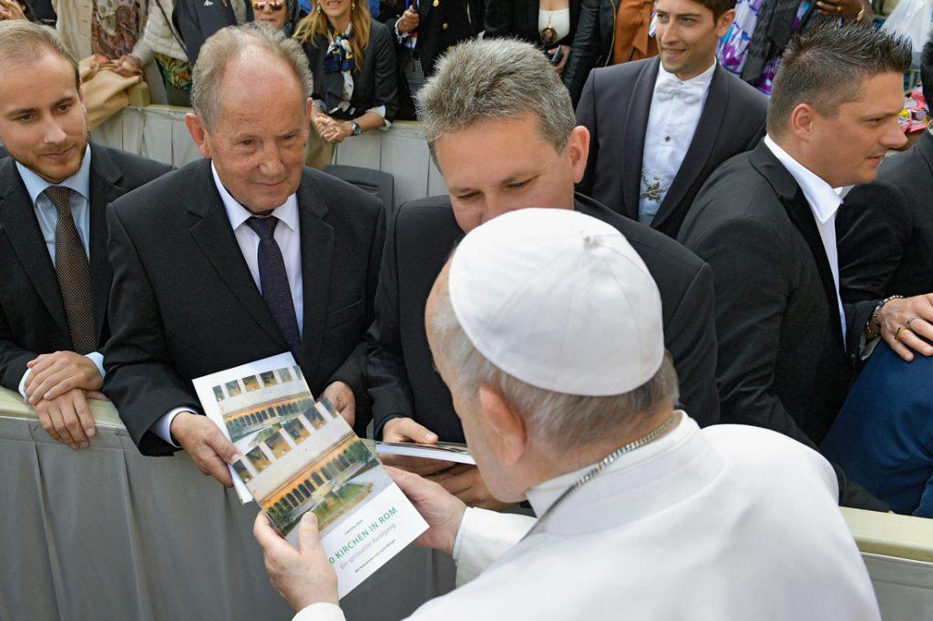 """Verleger Josef Fink übergibt Papst Franziskus den Band """"50 Kirchen in Rom – Ein spiritueller Rundgang"""""""