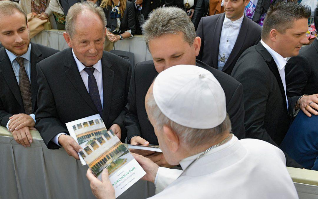 Verleger Josef Fink übergibt Papst Franziskus Neuerscheinung
