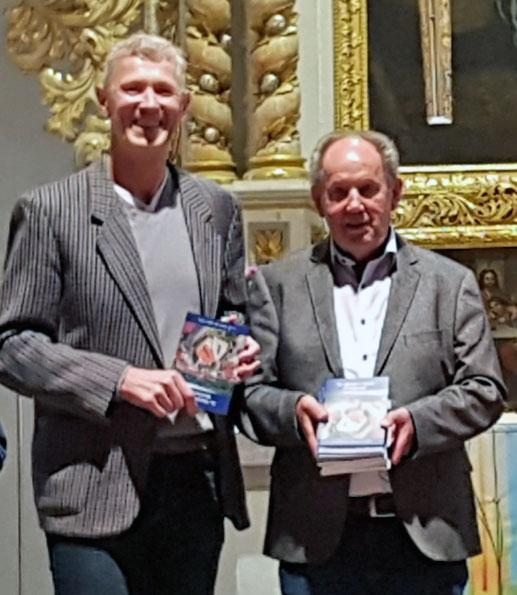 Präsentation des neuen Kunstführers über die St.-Marien-Kirche in Bleicherode. Von link: Dr. Hans-Christoph Maletz, Autor der Broschüre, und Verleger Josef Fink
