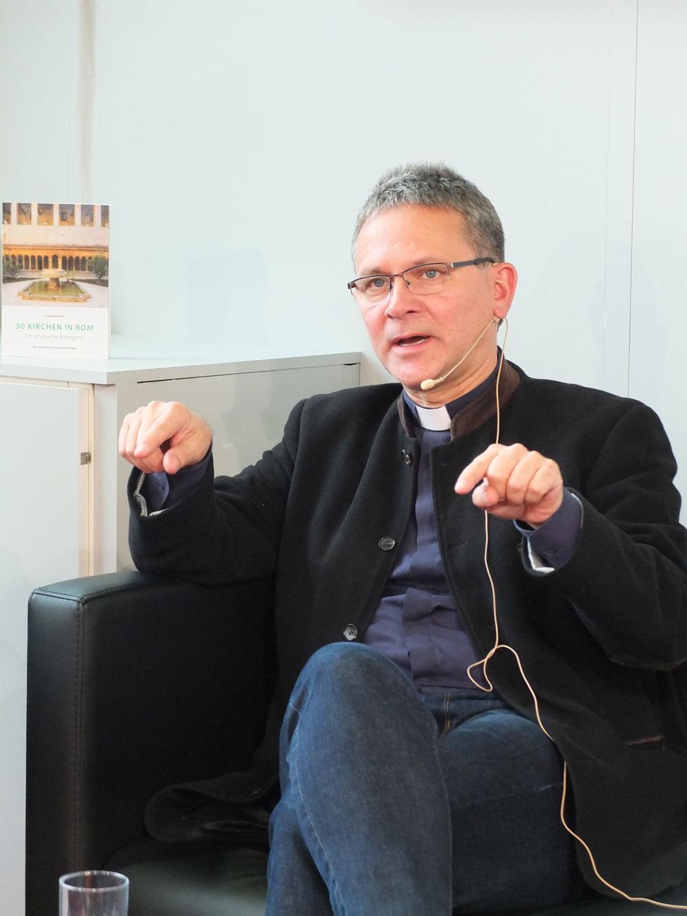 """Prof. Dr. Cornelius Roth bei der Vorstellung seines Buches """"50 Kirchen in Rom"""", erschienen im Kunstverlag Josef Fink (Foto: Konrad Höß, Katholischer Medienverband)"""