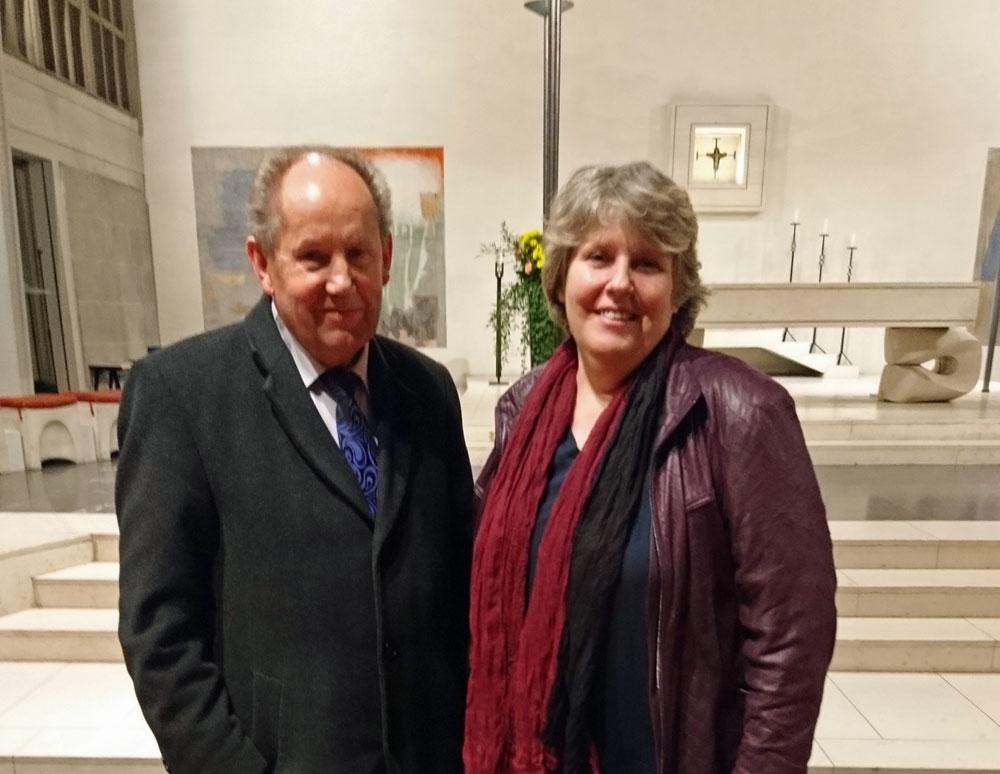 Verleger Josef Fink und Pastoralraumleiterin Antonia Hasler bei der Präsentation des neuen Kunstführers über St. Marien Olten.