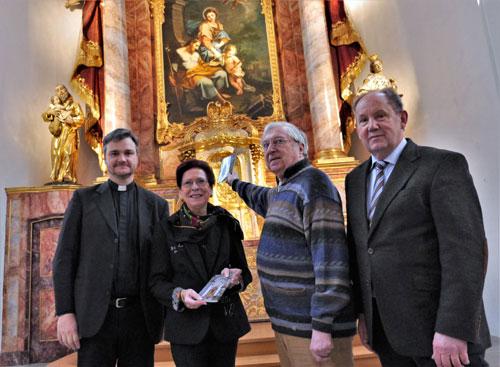 Das Foto (von Stefan Hermes, Bornheim) zeigt (von links) Kirchenrektor Alexander Eck, die Fotografin Gisela Ewert-Rings, den Autor Dr. Hermann Josef Roth und Verleger Josef Fink vor dem Hochaltar der Namen-Jesu-Kirche.