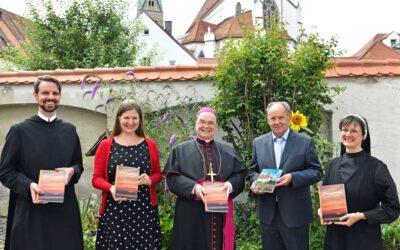 """Neuerscheinung """"Lieblingsplätze im Bistum Augsburg"""" an Bischof Bertram Meier überreicht"""
